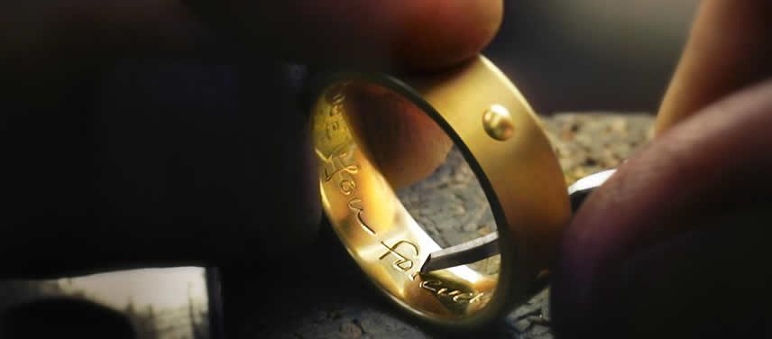Gravur auf goldenem Ring