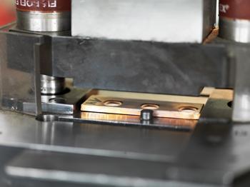 Hochwertige Trauringe werden aus einem Stück gestanzt.